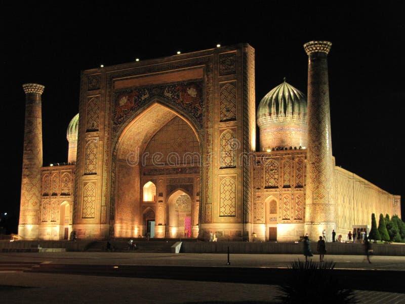 Moskee Sherdor op Registan-Vierkant stock afbeelding