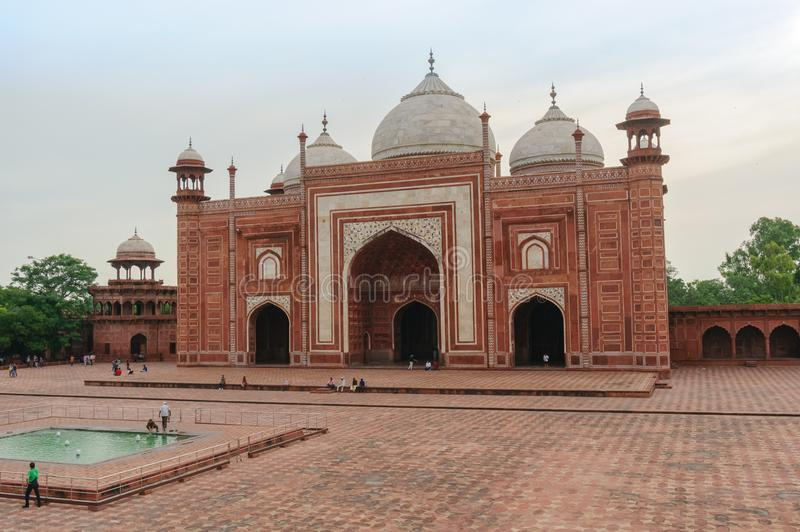 Moskee tegenover Taj Mahal royalty-vrije stock afbeeldingen