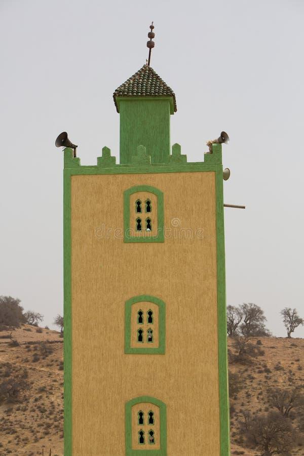 Moskeeminaret tegen een blauwe hemel stock foto
