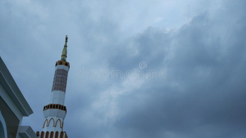 Moskeetoren met Europese architecturale gebouwen royalty-vrije stock foto