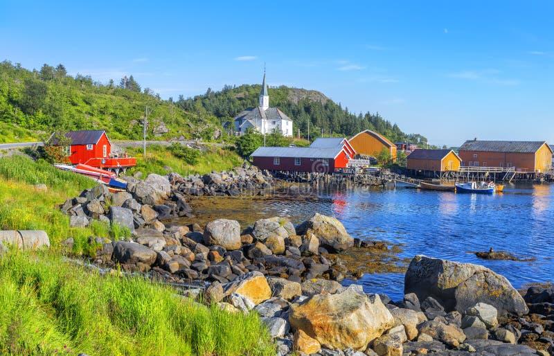 Moskenes-Fischerdorf in Lofoten-Inseln und in Moskenes-Kirche lizenzfreie stockfotografie