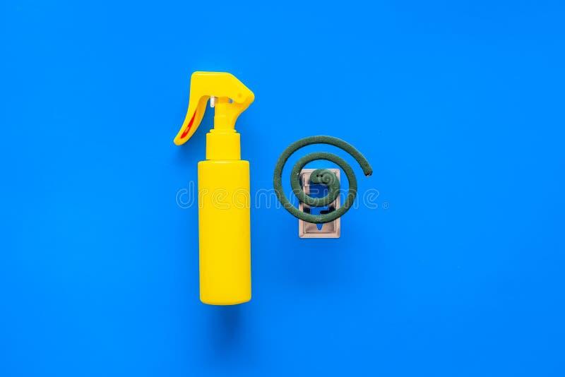 Moskitoschutze Einzelperson und für offenen Raum Grüne Spirale und Spray auf blauem Draufsichtraum des Hintergrundes für Text lizenzfreie stockfotografie