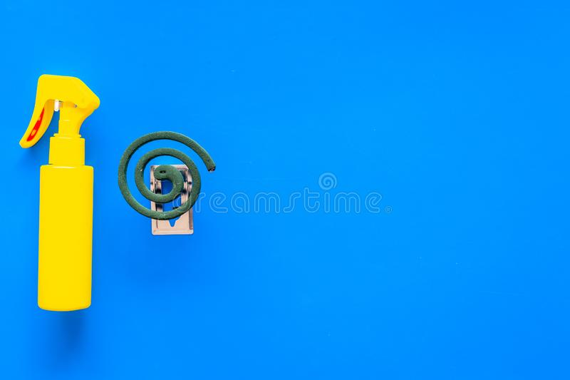 Moskitoschutze Einzelperson und für offenen Raum Grüne Spirale und Spray auf blauem Draufsichtraum des Hintergrundes für Text stockfotos