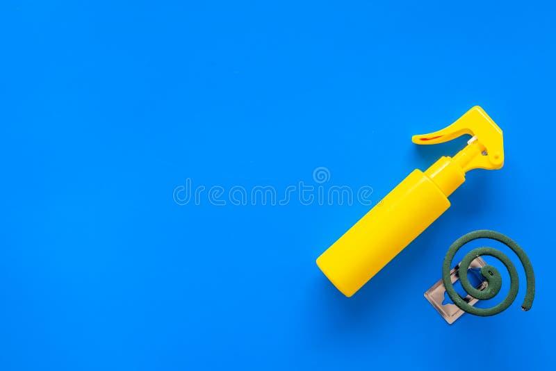 Moskitoschutze Einzelperson und für offenen Raum Grüne Spirale und Spray auf Draufsicht des blauen Hintergrundes kopieren Raum stockbild