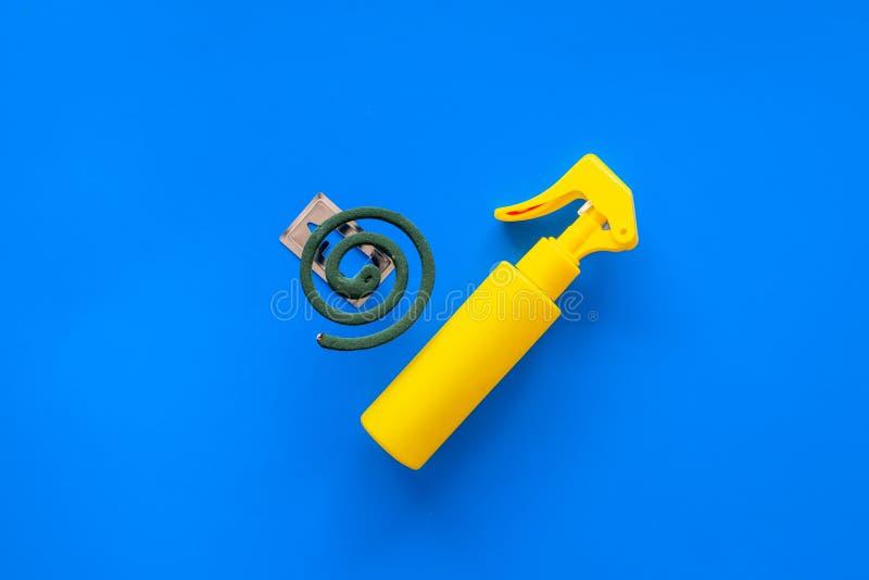 Moskitoschutze Einzelperson und für offenen Raum Grüne Spirale und Spray auf Draufsicht des blauen Hintergrundes kopieren Raum stockfotos