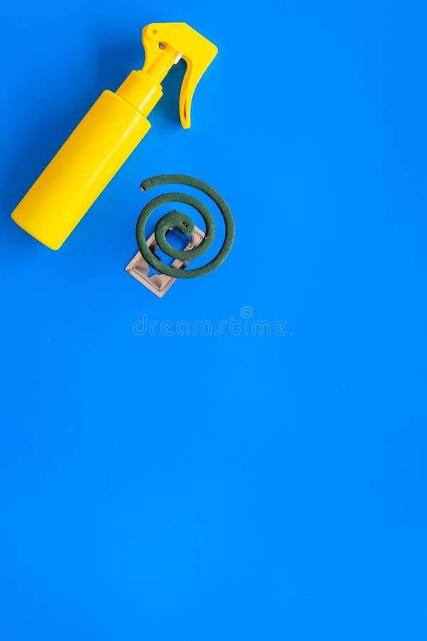 Moskitoschutze Einzelperson und für offenen Raum Grüne Spirale und Spray auf Draufsicht des blauen Hintergrundes kopieren Raum lizenzfreie stockfotos