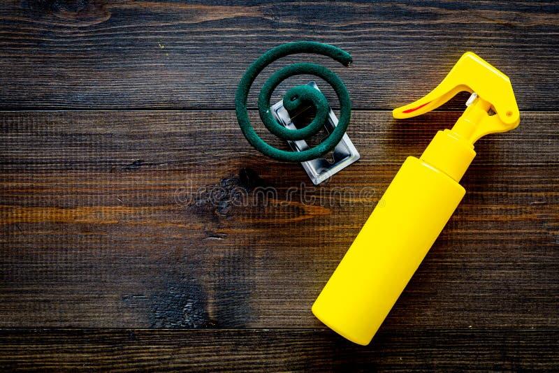 Moskitoschutze Einzelperson und für offenen Raum Grüne Spirale und Spray auf Draufsicht des dunklen hölzernen Hintergrundes kopie lizenzfreie stockfotografie
