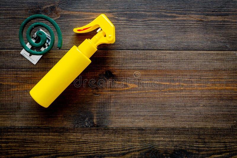 Moskitoschutze Einzelperson und für offenen Raum Grüne Spirale und Spray auf Draufsicht des dunklen hölzernen Hintergrundes kopie lizenzfreies stockbild