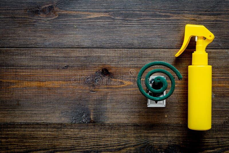 Moskitoschutze Einzelperson und für offenen Raum Grüne Spirale und Spray auf Draufsicht des dunklen hölzernen Hintergrundes kopie lizenzfreie stockfotos