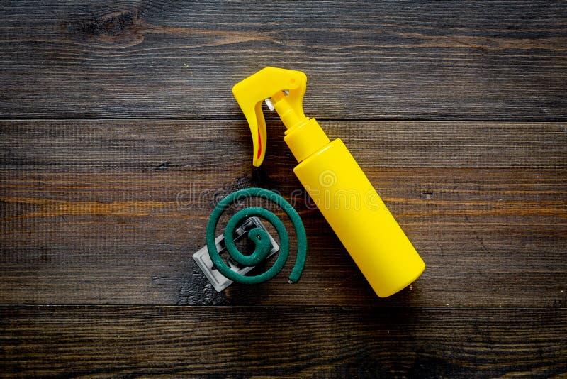 Moskitoschutze Einzelperson und für offenen Raum Grüne Spirale und Spray auf Draufsicht des dunklen hölzernen Hintergrundes kopie stockbild