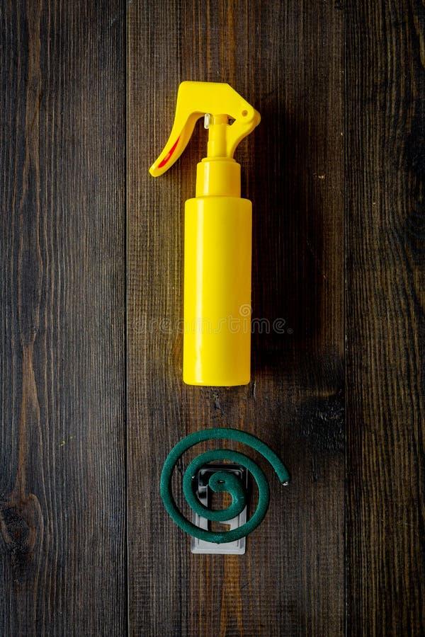 Moskitoschutze Einzelperson und für offenen Raum Grüne Spirale und Spray auf Draufsicht des dunklen hölzernen Hintergrundes kopie stockfotos