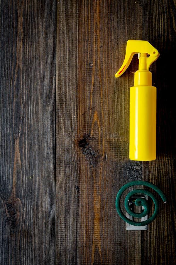 Moskitoschutze Einzelperson und für offenen Raum Grüne Spirale und Spray auf Draufsicht des dunklen hölzernen Hintergrundes kopie stockfoto