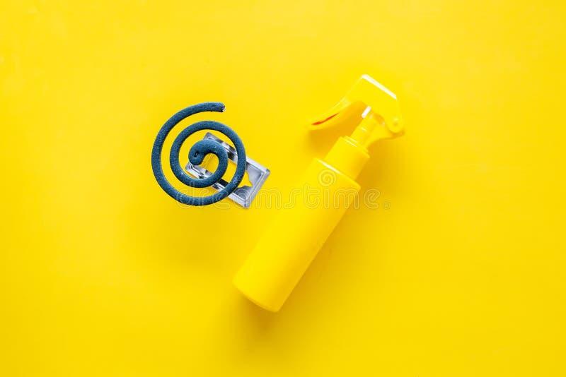 Moskitoschutze Einzelperson und für offenen Raum Grüne Spirale und Spray auf Draufsicht des gelben Hintergrundes kopieren Raum stockfotos