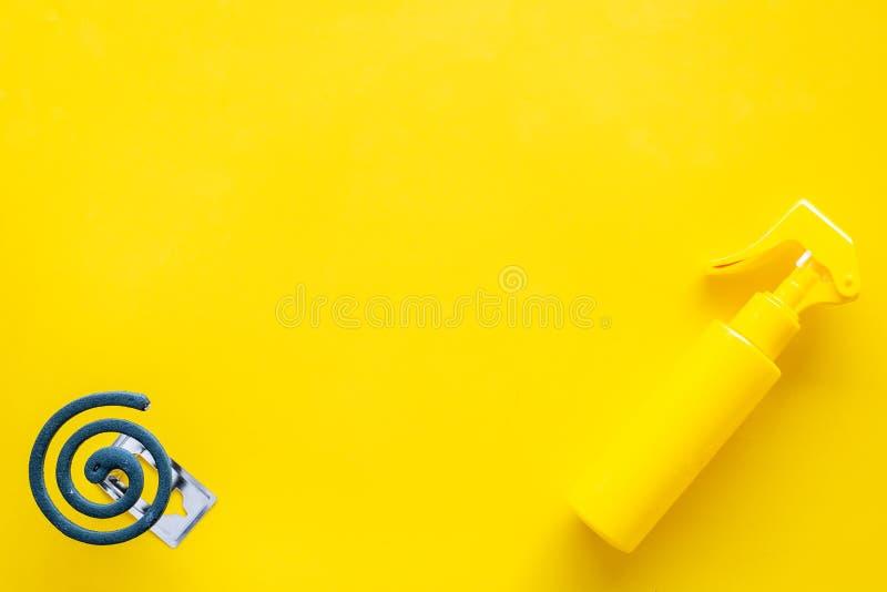 Moskitoschutze Einzelperson und für offenen Raum Grüne Spirale und Spray auf Draufsicht des gelben Hintergrundes kopieren Raum lizenzfreies stockbild