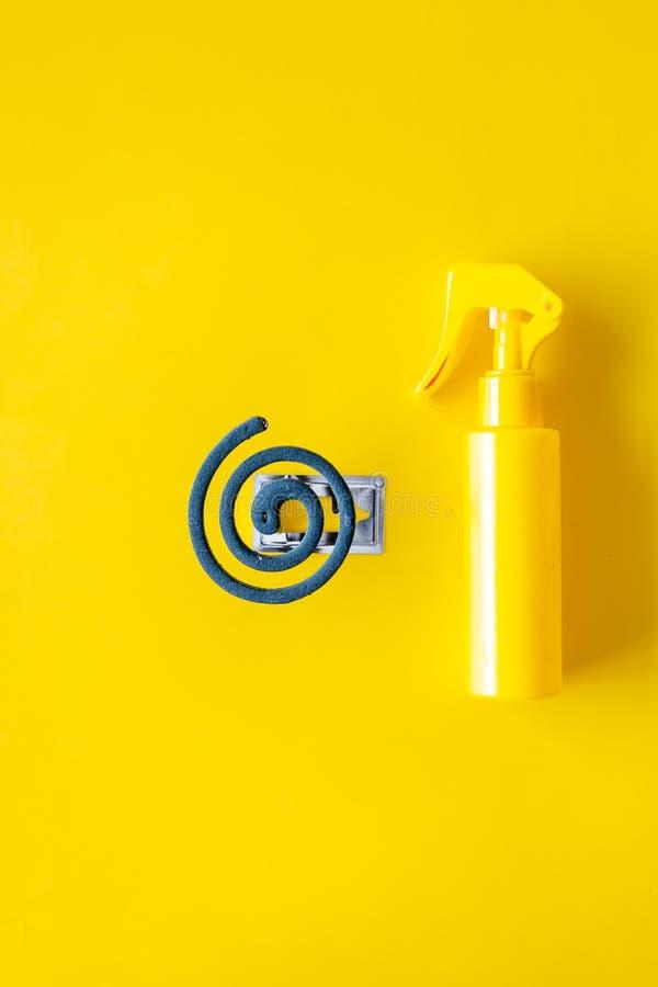 Moskitoschutze Einzelperson und für offenen Raum Grüne Spirale und Spray auf Draufsicht des gelben Hintergrundes kopieren Raum stockbilder