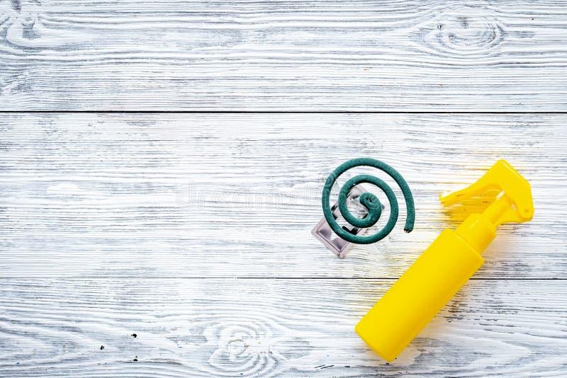 Moskitoschutze Einzelperson und für offenen Raum Grüne Spirale und Spray auf Draufsicht des grauen hölzernen Hintergrundes kopier lizenzfreie stockbilder