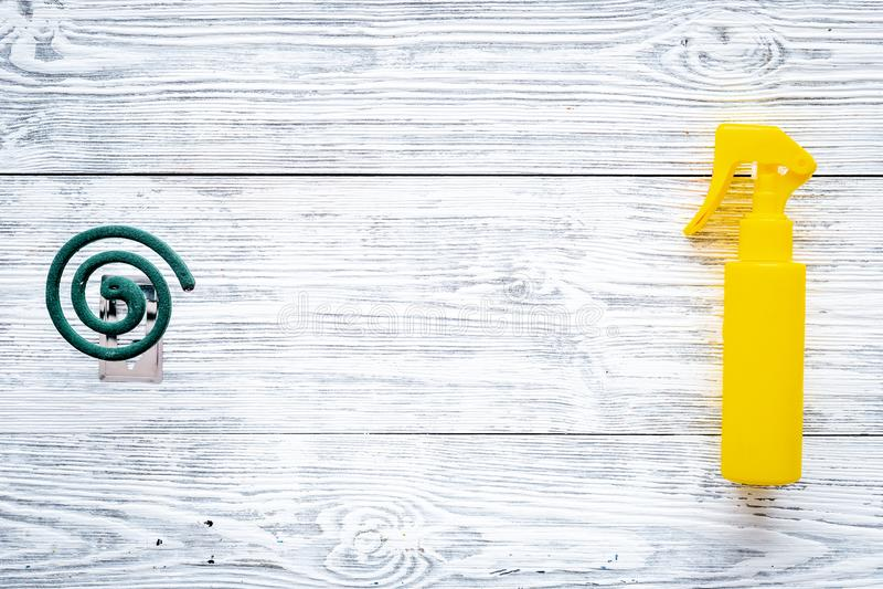 Moskitoschutze Einzelperson und für offenen Raum Grüne Spirale und Spray auf Draufsicht des grauen hölzernen Hintergrundes kopier stockbilder