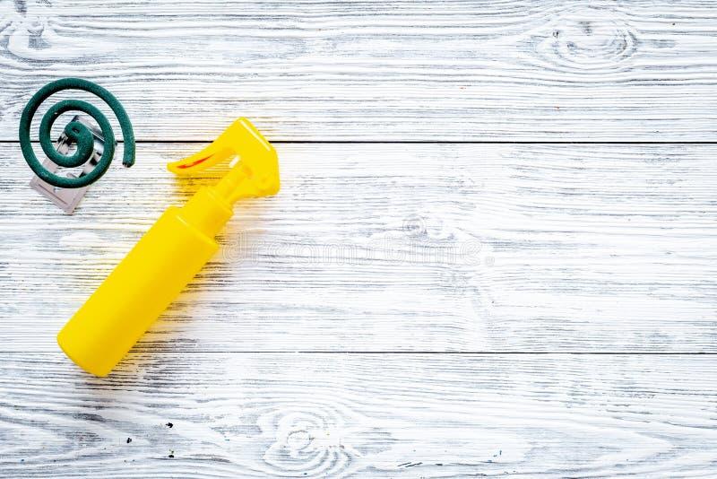 Moskitoschutze Einzelperson und für offenen Raum Grüne Spirale und Spray auf Draufsicht des grauen hölzernen Hintergrundes kopier stockbild