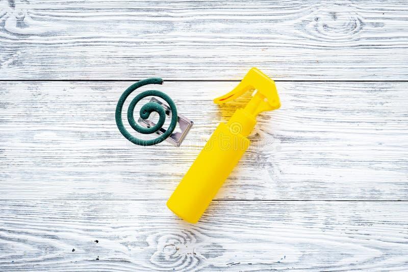 Moskitoschutze Einzelperson und für offenen Raum Grüne Spirale und Spray auf Draufsicht des grauen hölzernen Hintergrundes kopier lizenzfreies stockbild