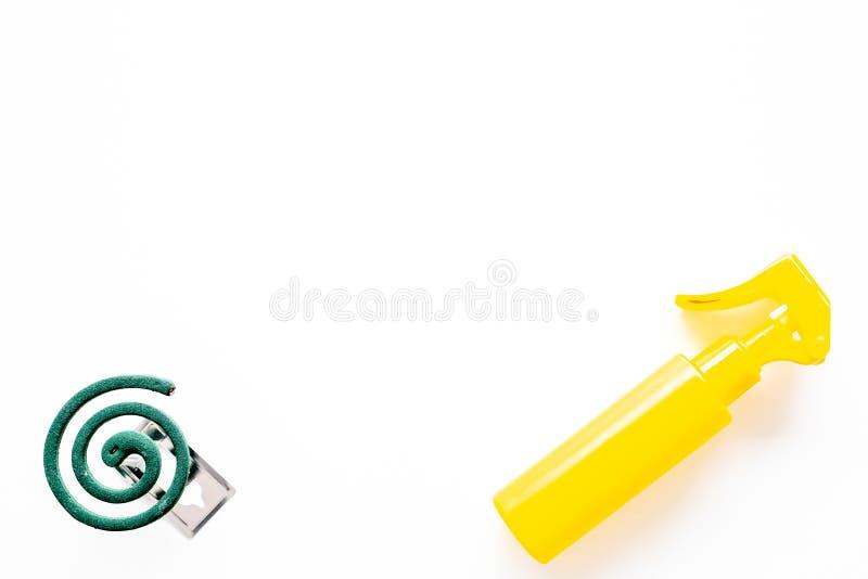 Moskitoschutze Einzelperson und für offenen Raum Grüne Spirale und Spray auf Draufsicht des weißen Hintergrundes kopieren Raum stockfotos