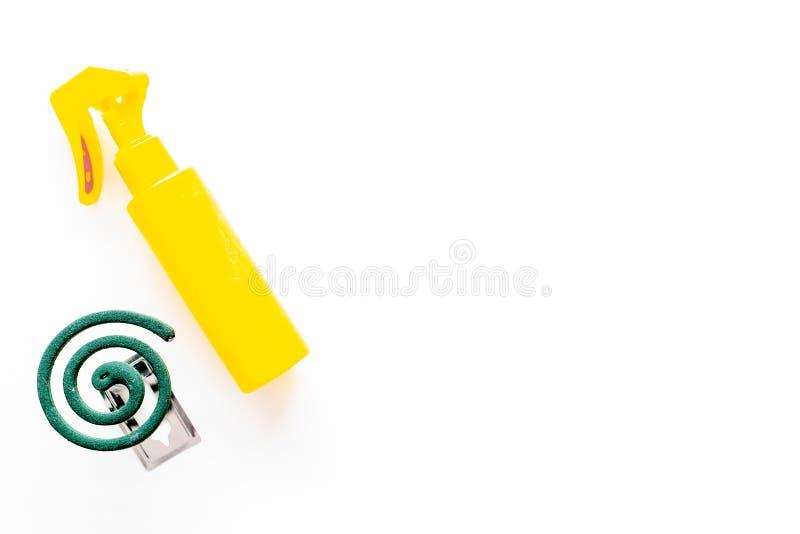 Moskitoschutze Einzelperson und für offenen Raum Grüne Spirale und Spray auf Draufsicht des weißen Hintergrundes kopieren Raum lizenzfreie stockfotografie