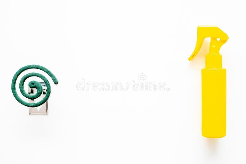 Moskitoschutze Einzelperson und für offenen Raum Grüne Spirale und Spray auf Draufsicht des weißen Hintergrundes kopieren Raum lizenzfreie stockfotos
