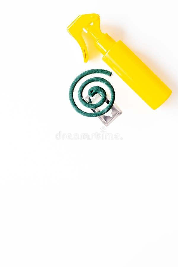 Moskitoschutze Einzelperson und für offenen Raum Grüne Spirale und Spray auf Draufsicht des weißen Hintergrundes kopieren Raum stockfoto