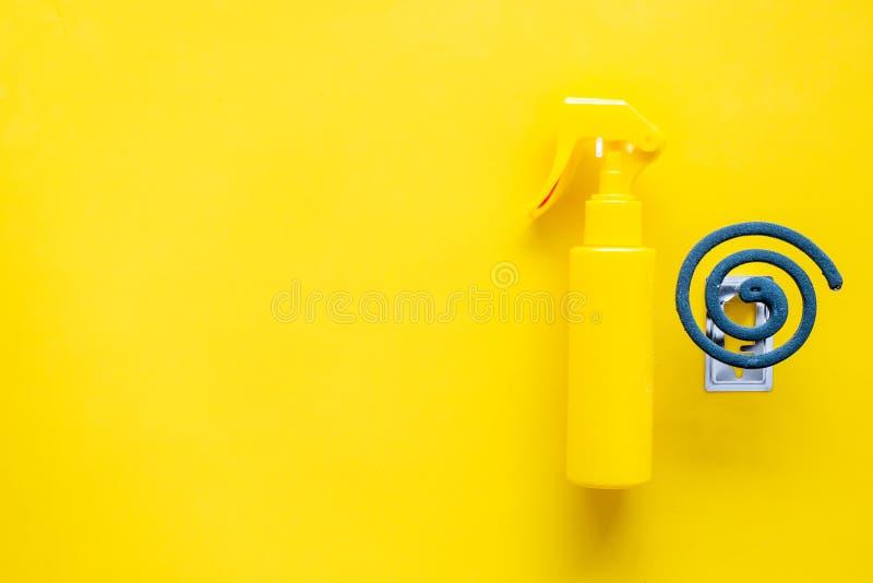 Moskitoschutze Einzelperson und für offenen Raum Grüne Spirale und Spray auf gelbem Draufsichtraum des Hintergrundes für Text lizenzfreie stockbilder
