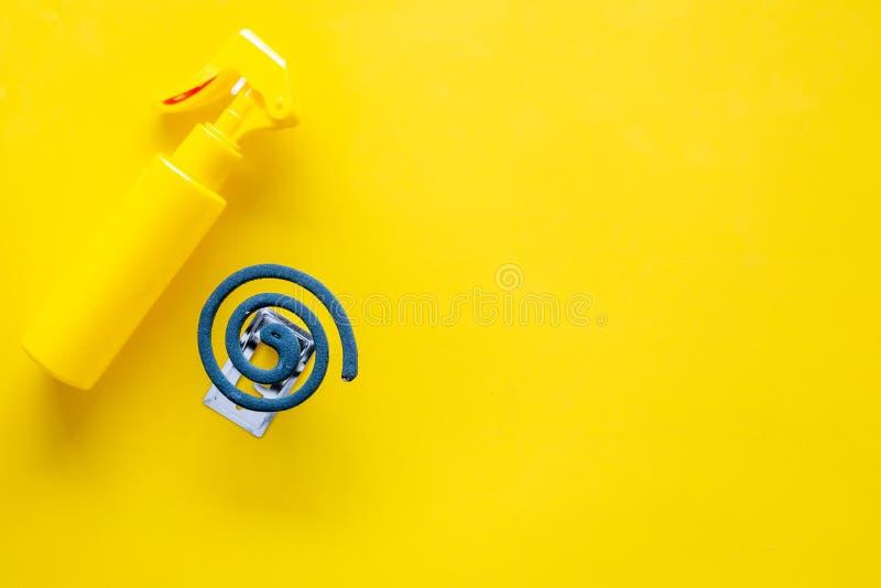 Moskitoschutze Einzelperson und für offenen Raum Grüne Spirale und Spray auf gelbem Draufsichtraum des Hintergrundes für Text stockbilder