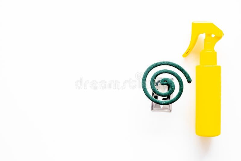 Moskitoschutze Einzelperson und für offenen Raum Grüne Spirale und Spray auf weißem Draufsichtraum des Hintergrundes für Text stockbilder
