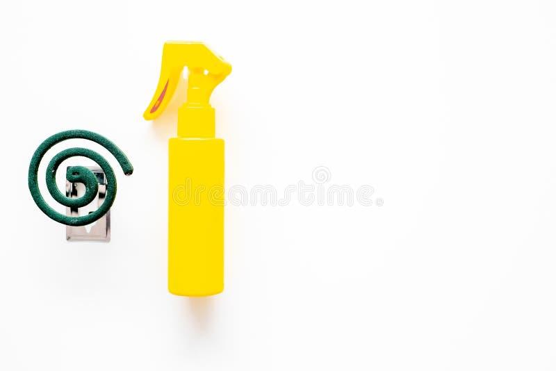 Moskitoschutze Einzelperson und für offenen Raum Grüne Spirale und Spray auf weißem Draufsichtraum des Hintergrundes für Text stockbild