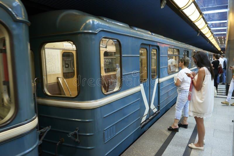 MOSKOU, 22 AUGUSTUS, 2017: Metro post Commerciële Centrum blauwe metro retro metro met wachtende mensen Trein wachtende mensen op royalty-vrije stock afbeeldingen