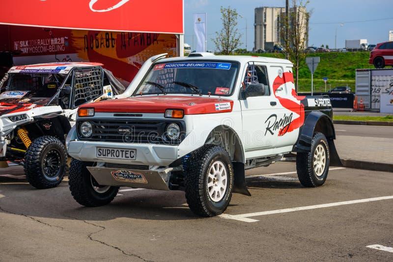 MOSKOU - AUGUSTUS 2016: Vaz-2329 die de Bestelwagen van LADA 4x4 in MIAS Moscow International Automobile Salon op 20 Augustus, 20 stock foto