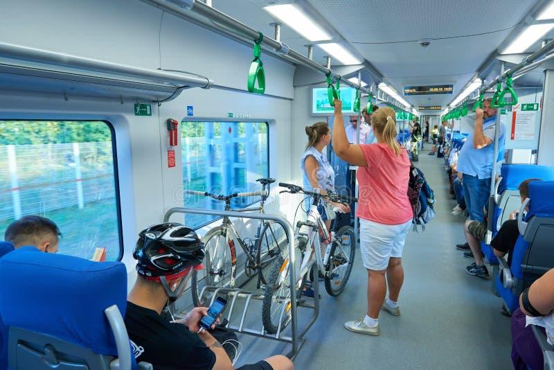 MOSKOU, AUGUSTUS 29, 2018: Weergeven op plaatsing en statusmensen en fietsen in een speciale parkerenhouder in nieuwe moderne sal royalty-vrije stock afbeeldingen