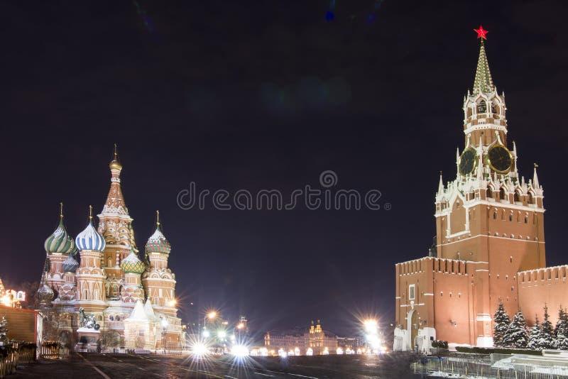 Moskou bij nacht St het Basilicum` s Kathedraal en Kremlin op Rood Vierkant Meningen over de stad van nachtmoskou stock fotografie