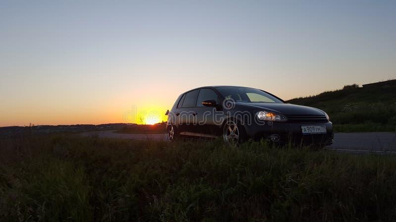 moskou De herfst van 2018 Het zwarte gestemde golf van Volkswagen op weg op zonsondergang De vijfdeursauto met Lucht deed opschor stock afbeeldingen