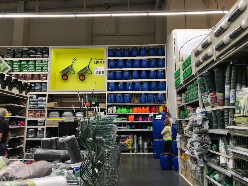 07 2019, Moskou: De klanten lopen door Leroy Merlen-supermarkt stock fotografie