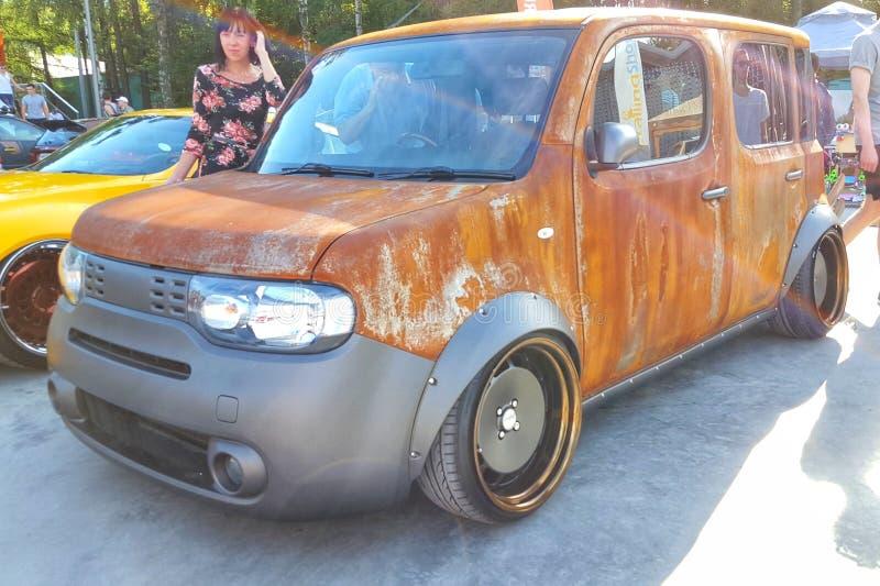 moskou De zomer van 2018 Kijkt de Nissan Cube gestemde rat stijl in roestverblijf op de straat brede wielen met stootkussens Gest royalty-vrije stock foto's