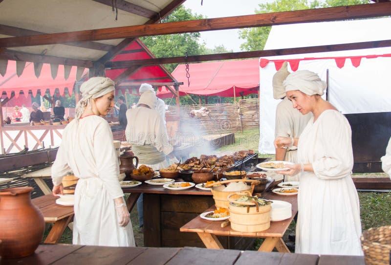 Moskou, Festival van Tijden en tijdvakken 12 Juni, 2019 Vrouwen in oude kleren in de keuken Historische wederopbouw stock foto