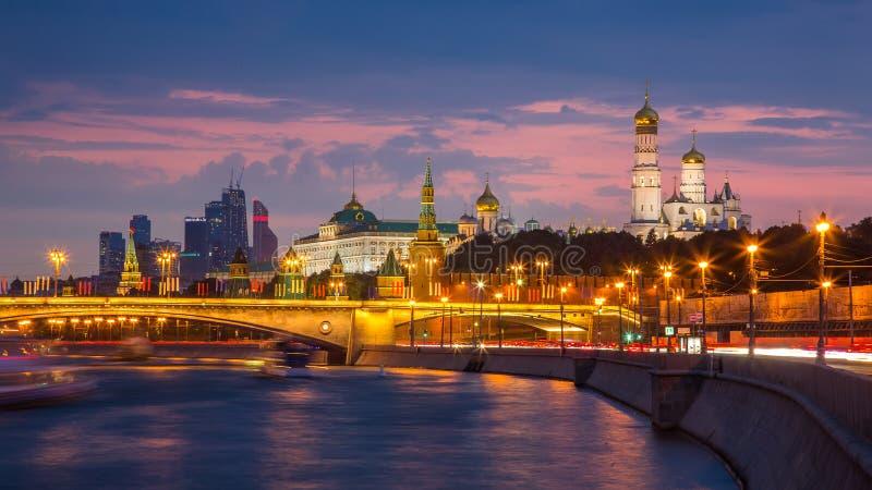 Moskou het Kremlin in avondverlichting stock fotografie