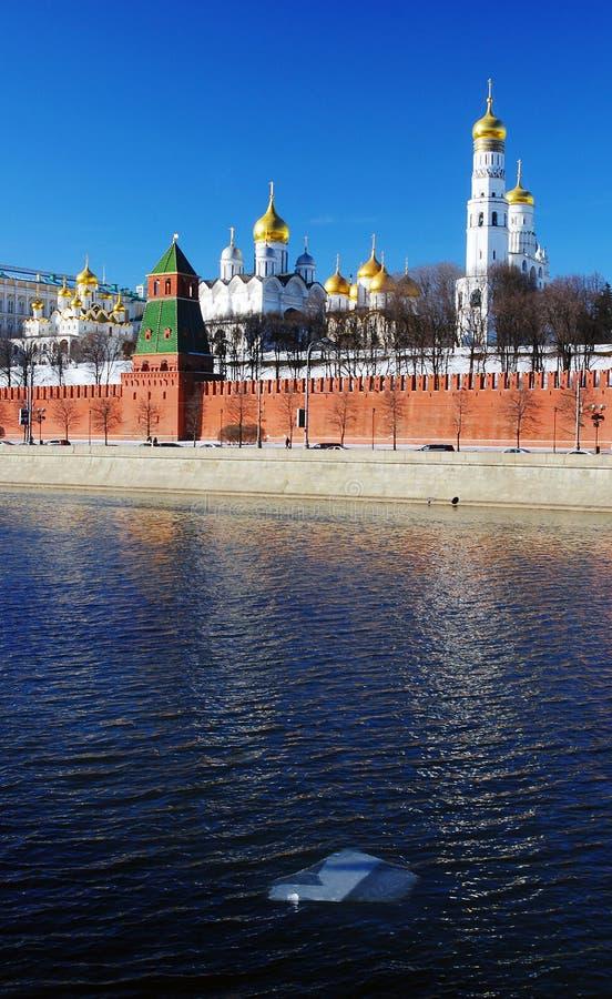 Download Moskou Het Kremlin. De Rivierenbankment Van Moskou. Stock Foto - Afbeelding bestaande uit historisch, rood: 29503490