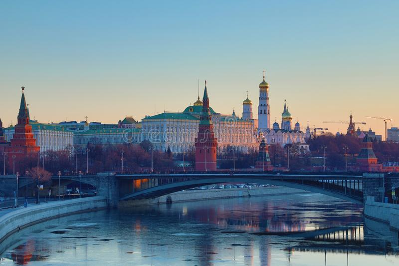 Moskou het Kremlin en de Brug van Bolshoy Kamenny in Rusland in de stralen van het toenemen zon Weergeven van de voetbrug van Pat royalty-vrije stock fotografie