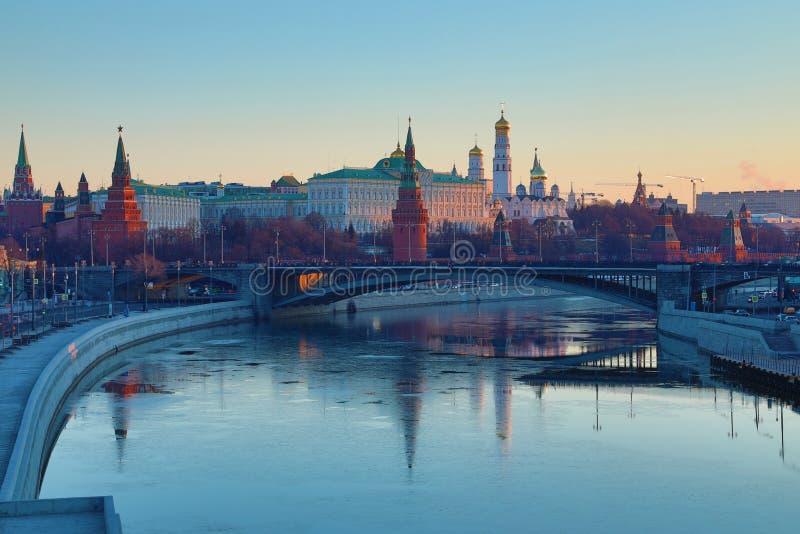 Moskou het Kremlin en de Brug van Bolshoy Kamenny in Rusland in de stralen van het toenemen zon Weergeven van de voetbrug van Pat stock afbeeldingen