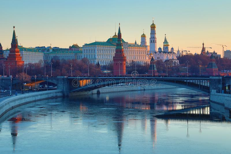Moskou het Kremlin en de Brug van Bolshoy Kamenny in Rusland in de stralen van het toenemen zon Weergeven van de voetbrug van Pat royalty-vrije stock afbeelding