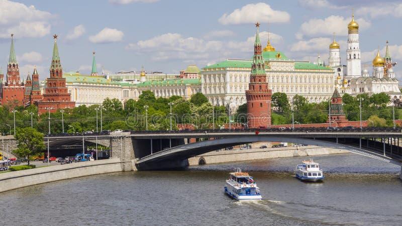 Moskou het Kremlin en een grote steenbrug, Rusland stock afbeelding