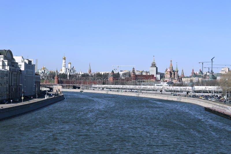 Moskou het Kremlin op een zonnige de lentedag stock fotografie
