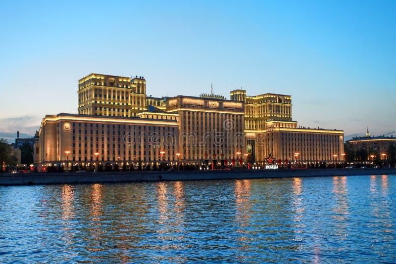 Moskou, het Ministerie van Defensie van de Russische Federatie in het gelijk maken van feestelijke verlichting royalty-vrije stock foto