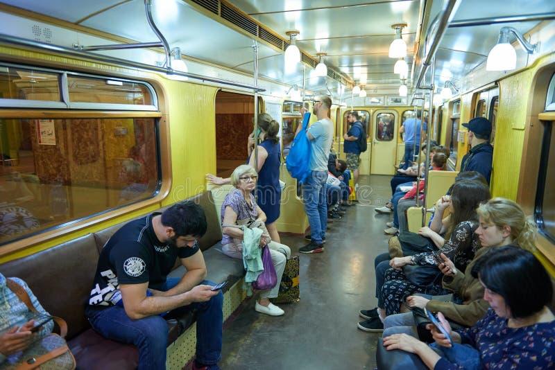 MOSKOU, 13 MEI, 2018: Verschillende mensen die op de Russische retro trein van de metropassagier reizen Metro van de massadoorgan stock fotografie