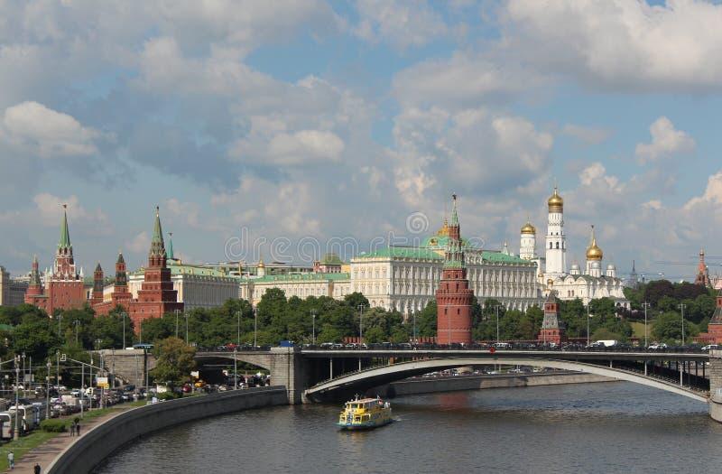moskou Mening van het Kremlin, de Grote Steenbrug en de Rivier van Moskou stock afbeeldingen