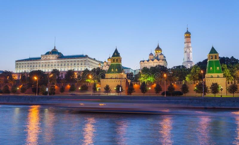 Moskou, nachtmening van de Moskva-Rivier, Brug en het Kremlin stock foto